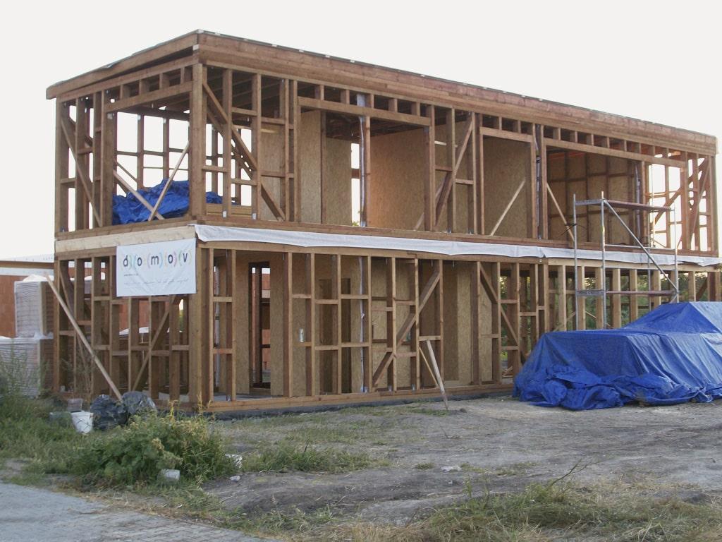 Netradične riešená drevostavba, stĺpiková konštrukcia