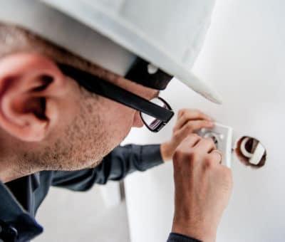 Príčina vzniku požiarov je elektrický prúd, oblukova ochrana, Schneider electric, Elektrikar, elektricky obluk