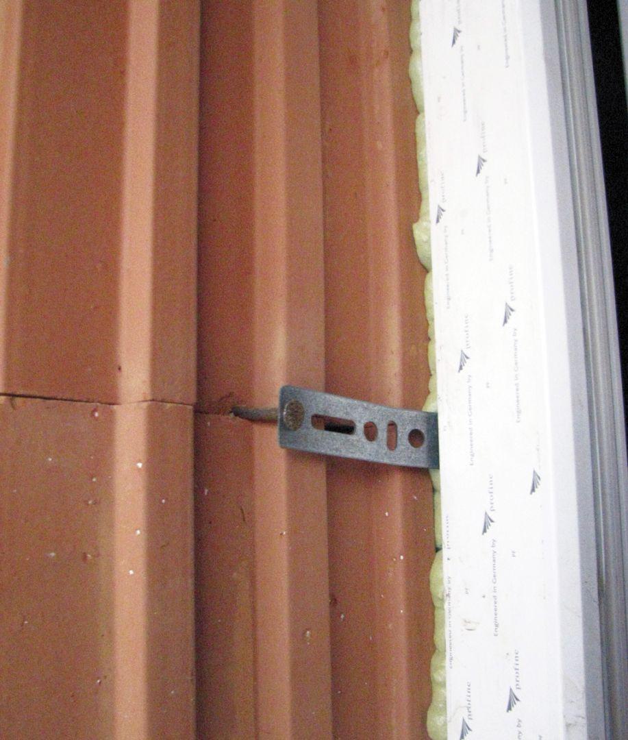 Statické pripojenie okien aj dverí klincami