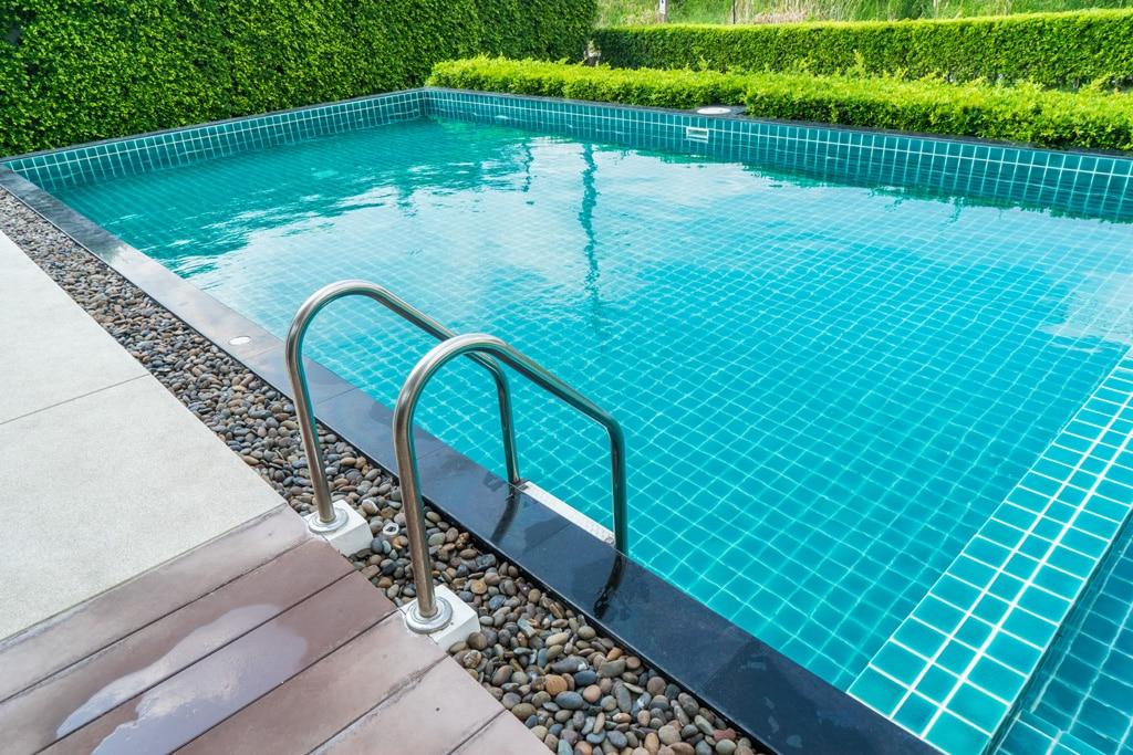Ako vybrať materiál, na rodinné bazény – výhody vlastného bazénu, keramicky