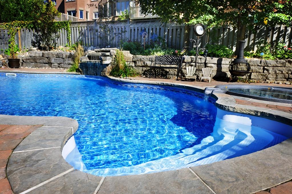 Ako vybrať materiál, na rodinné bazény – výhody vlastného bazénu, plastovy zvaraný