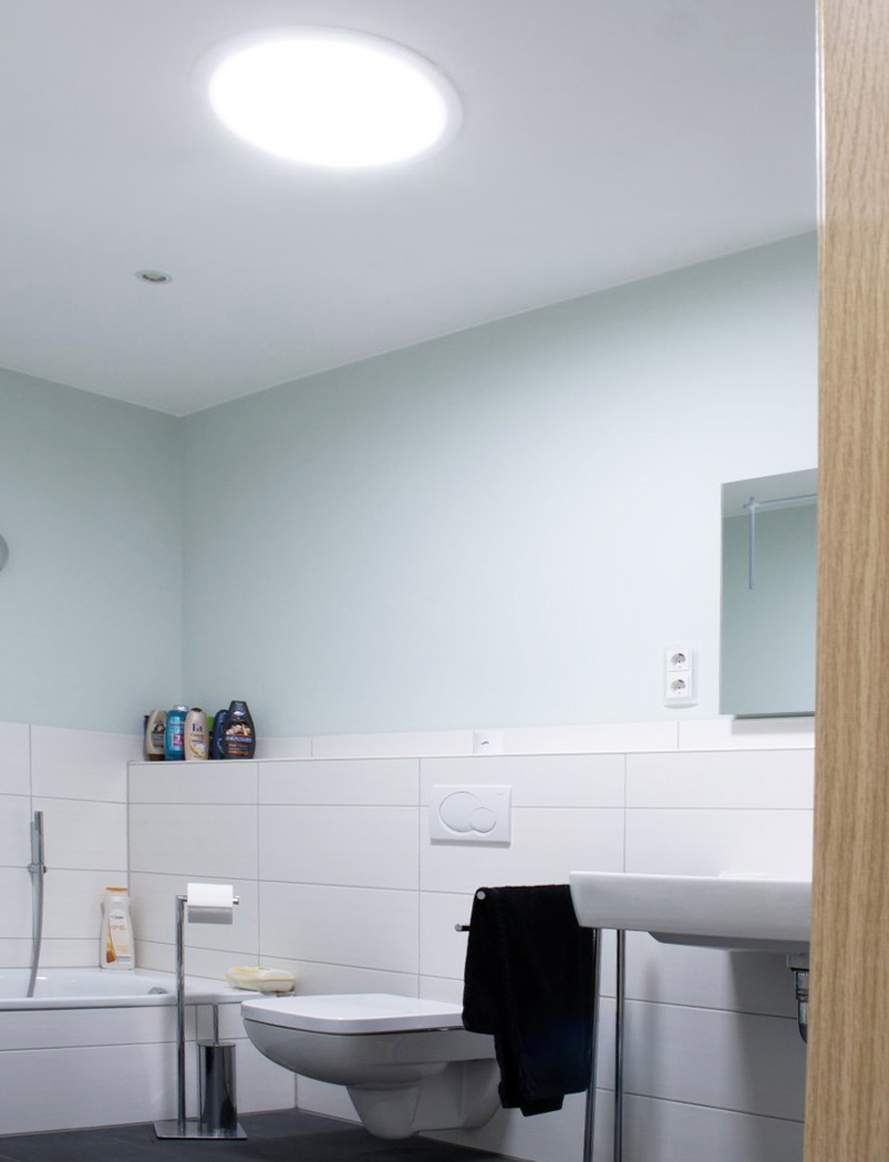 Tipy ako urobiť z malej kúpeľne vizuálne a pocitovo väčší priestor, svetlovody Solatube