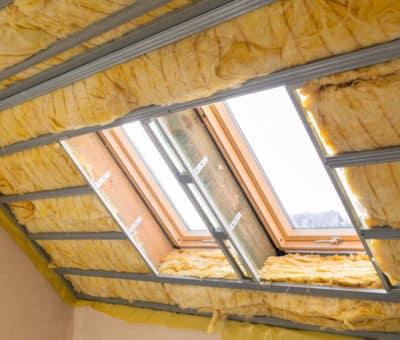 Teplo nesmie do podkrovia... riešenia problematiky prehrievania obytných priestorov, strecha izolacie
