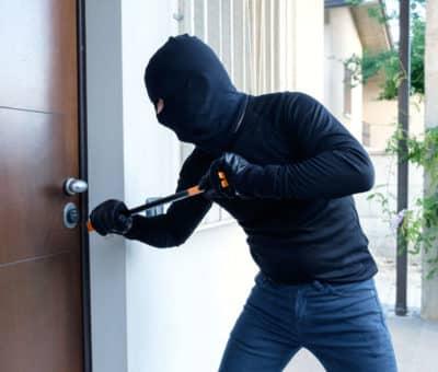 Takmer polovica z opýtaných Slovákov pozná niekoho, komu vykradli byt alebo dom