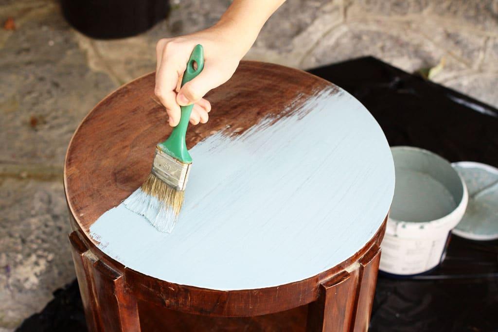 Nevyhadzujte starý nábytok, je čas na renováciu – obnovu starého nábytku, nanesenie vrstvy základného náteru
