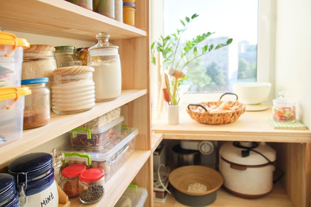 Dôležitý a spätý priestor s kuchyňou je špajza – sen každej gazdinky