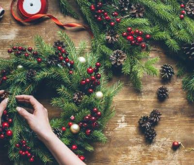 Vyrobte si vianočný veniec na dvere, ozdoby, vetvičky, šišky, ihličie