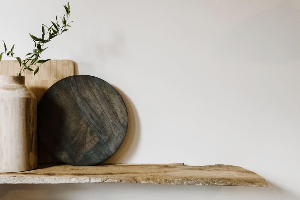 Svetlé farby a drevo, škandinávsky štýl