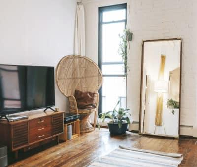 Starý nábytok po rodičoch v modernom byte, retro je stále in