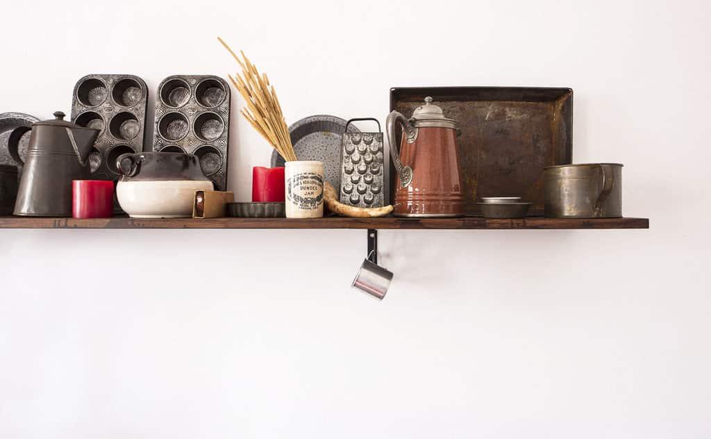 Starý riad v modernej kuchyni, retro je in, stary nabytok