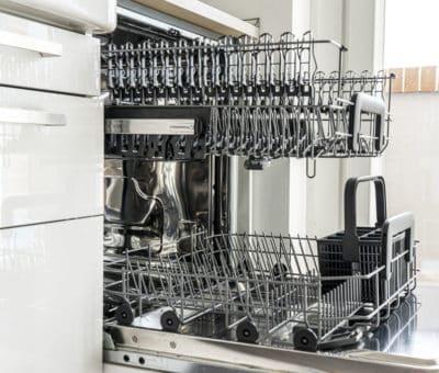 Špinavý riad je trápením každej domácnosti, umývačky riadu, kuchyna, spotrebice, interier, umyvacka riadu