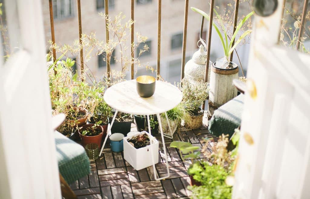 Ako premeniť malý panelákový balkón na oázu pokoja
