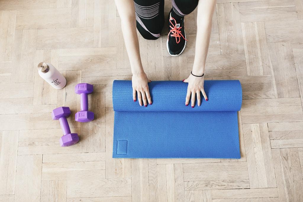 Kútik na cvičenie si vytvoríte kdekoľvek 3 tipy pre dokonalé miesto pomôcky na cvičenie a ochranu podlahy, gumenná podložka, cinky
