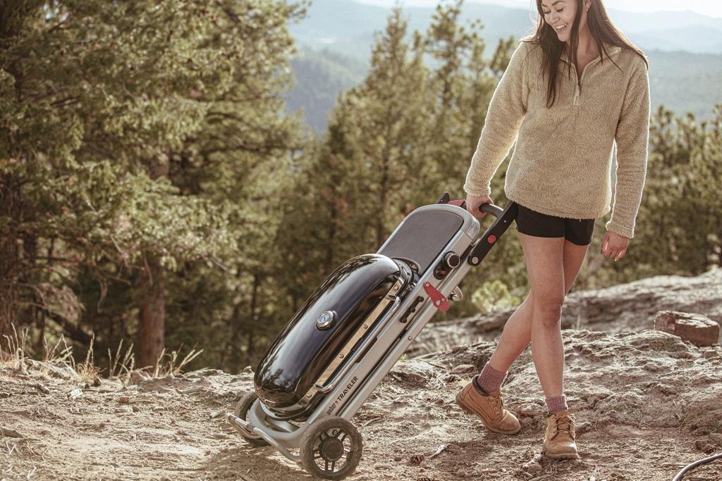 Tip na leto s grilom veľkosti cestovného kufríka na kolieskach si okrem prírody vychutnáte aj grilované dobroty, gril Weber, grilovacia sezona, jedlo z grilu, grilovanie