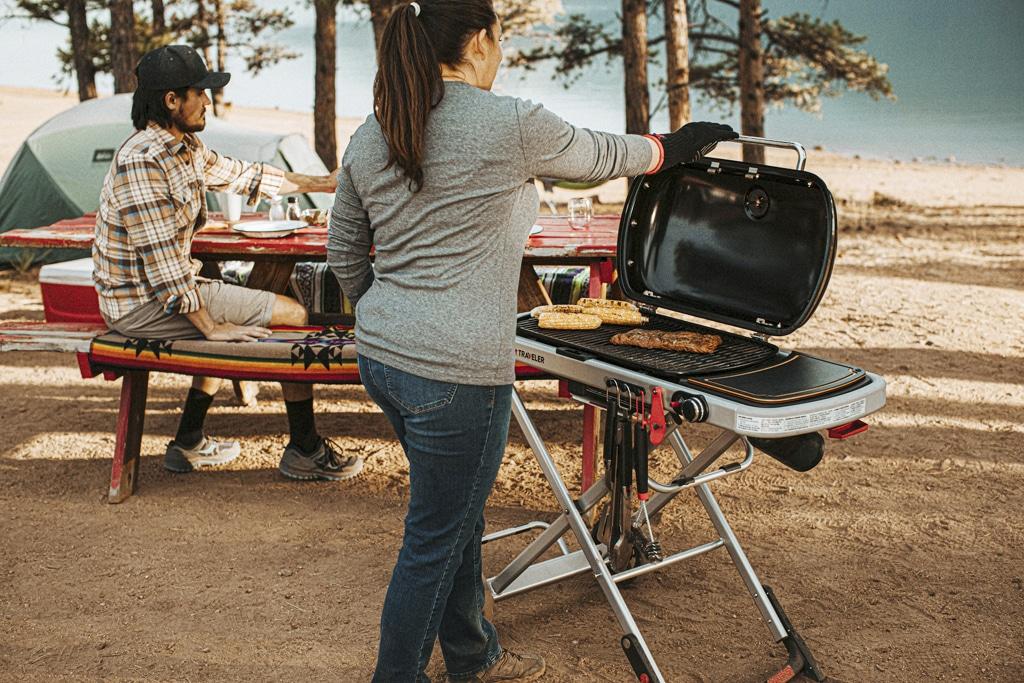 Tip na leto s grilom veľkosti cestovného kufríka na kolieskach si okrem prírody vychutnáte aj grilované dobroty, gril Weber, grilovacia sezona, jedlo z grilu, grilovanie v prirode