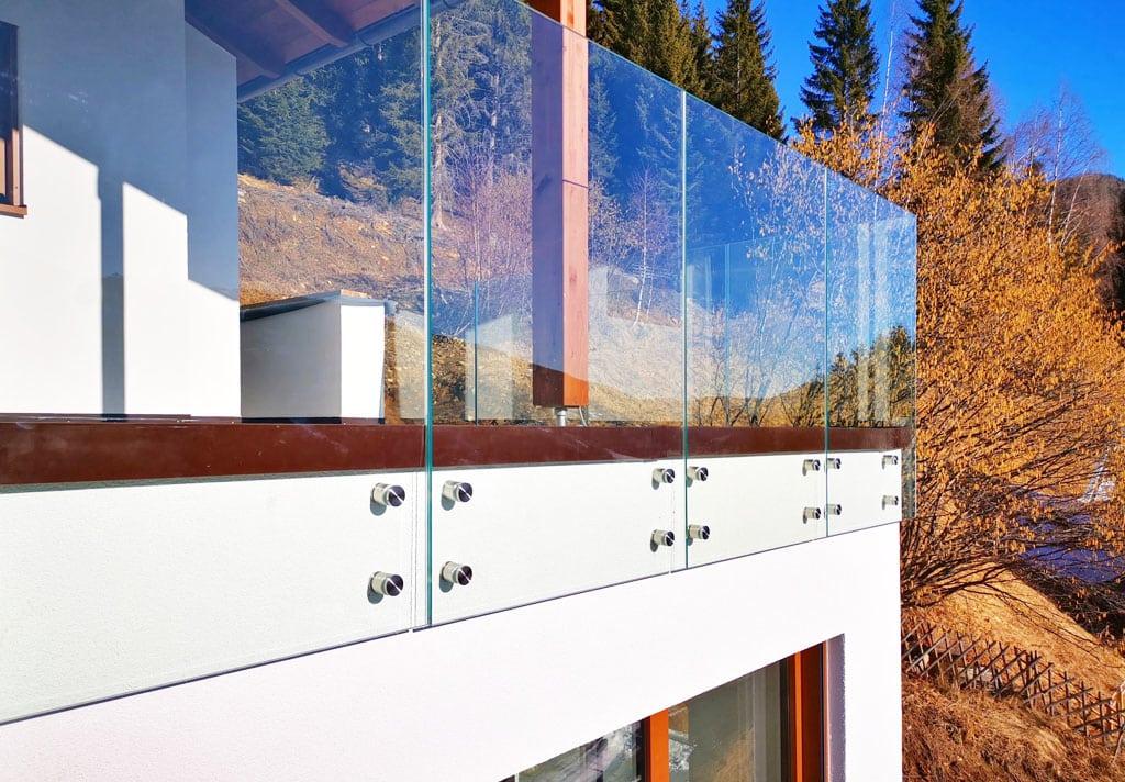 Revolučné bezpečnostné sklo, ktoré je vyrobené z dvoch platní kaleného skla zlepených špeciálnou fóliou, Ingenio