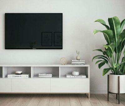 Aká je ideálna výška zavesenia televízora na stene? Vieme odpoveď, interier, obyvacka, telka