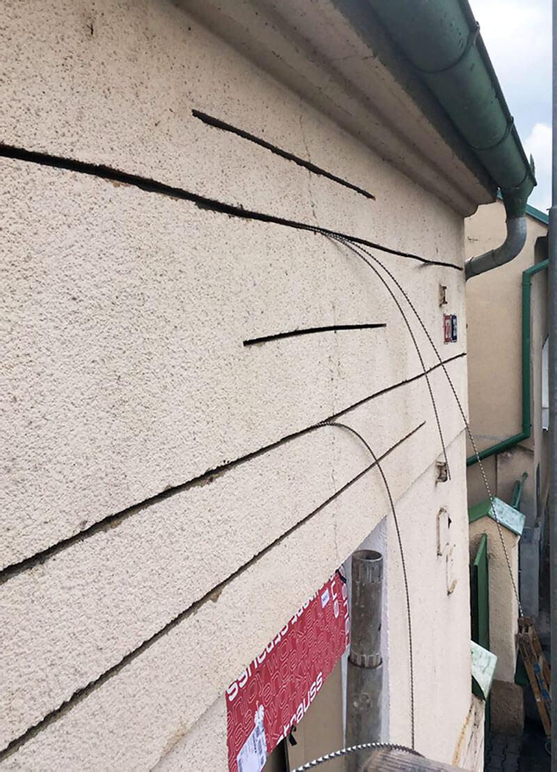 Praskliny na stenách a stropoch stavieb, čo je príčinou vzniku, technologie, sanacie